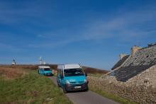 2 Minibus sur les routes d'Ouessant - Crédit photo Bernard Pronost